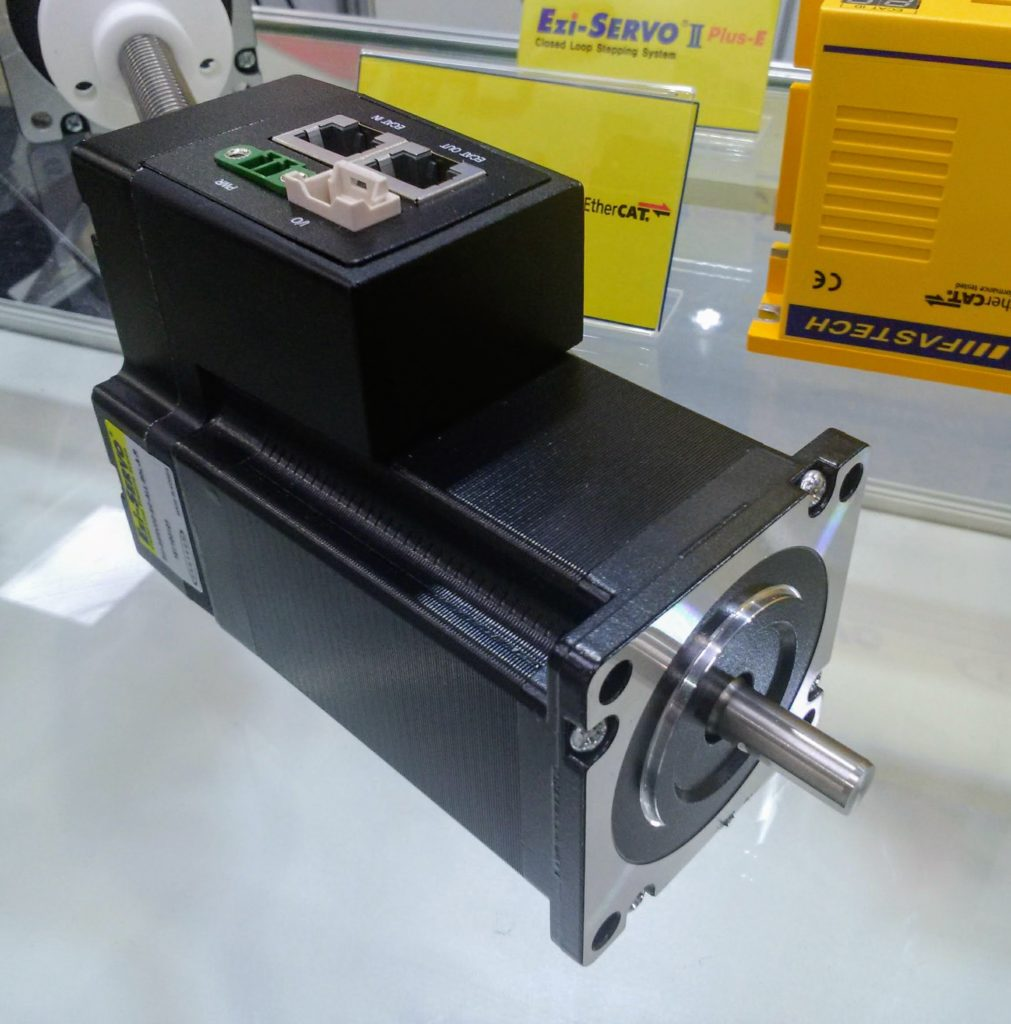 Napęd serwo krokowy z interfejsem EtherCAT i ze sterownikiem zabudowanym na silniku  Ezi-SERVO2  firmy Fastech.